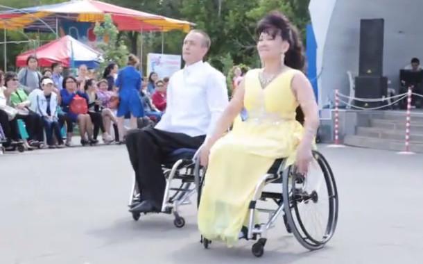 Танцоры на колясках выступили с показательными номерами в парке культуры и отдыха Костаная