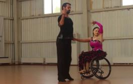 Румба, танго и фокстрот на инвалидных колясках. Видеофакт