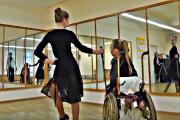 Белоруска с подругой танцует на коляске и покоряет мир