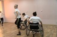 Солистки ярославской группы «Радуга» танцуют на инвалидных колясках