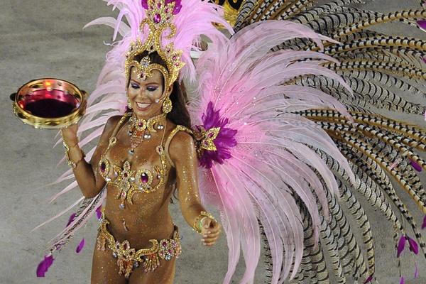 Тысячи танцоров, певцов и барабанщиков, десятки передвижных декораций высотой с трехэтажный дом, а также знаменитые «музы» карнавала Рио-де-Жанейро состязались всю ночь