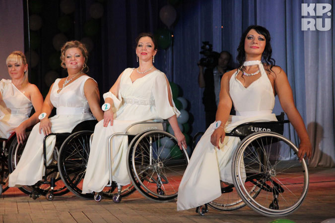 Конкурс красоты среди колясочников: Танцы на колясках и юморески