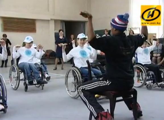 Танец на колёсах: мастер-класс для людей с ограниченными возможностями провели американские волонтёры