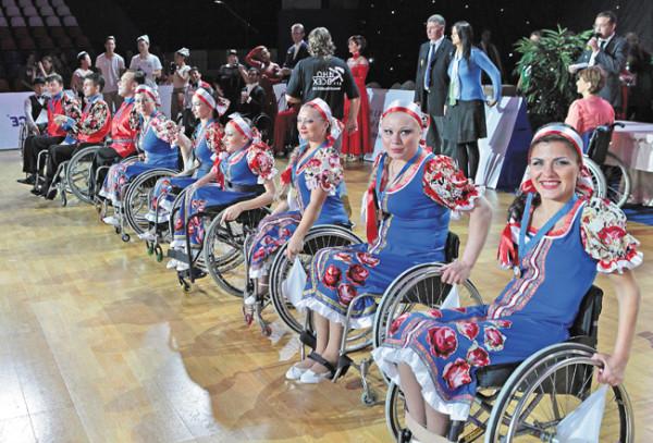 Успех пермского ансамбля танцев на колясках «Гротеск» был просто сногсшибательным! Справа Рузанна Казарян