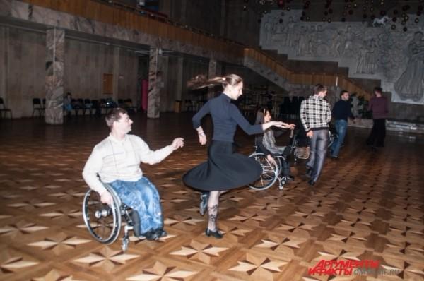 Танцы на колясках помогают инвалидам не потерять себя и не закрыться в своей капсуле. Фото: АиФ / Александра Горбунова
