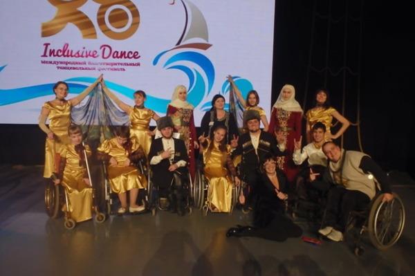 Фотосессия после гала-концерта. Танцевальная театр-студия «Мандарин» с группой «Серло» из Чеченской Республики.