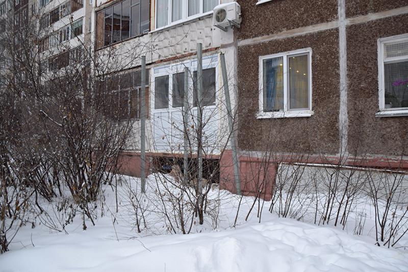 Фото: Установлены направляющие для подъемника. Один из них погнут и подлежит восстановлению. Балкон с кондиционером принадлежит тем самым соседям.