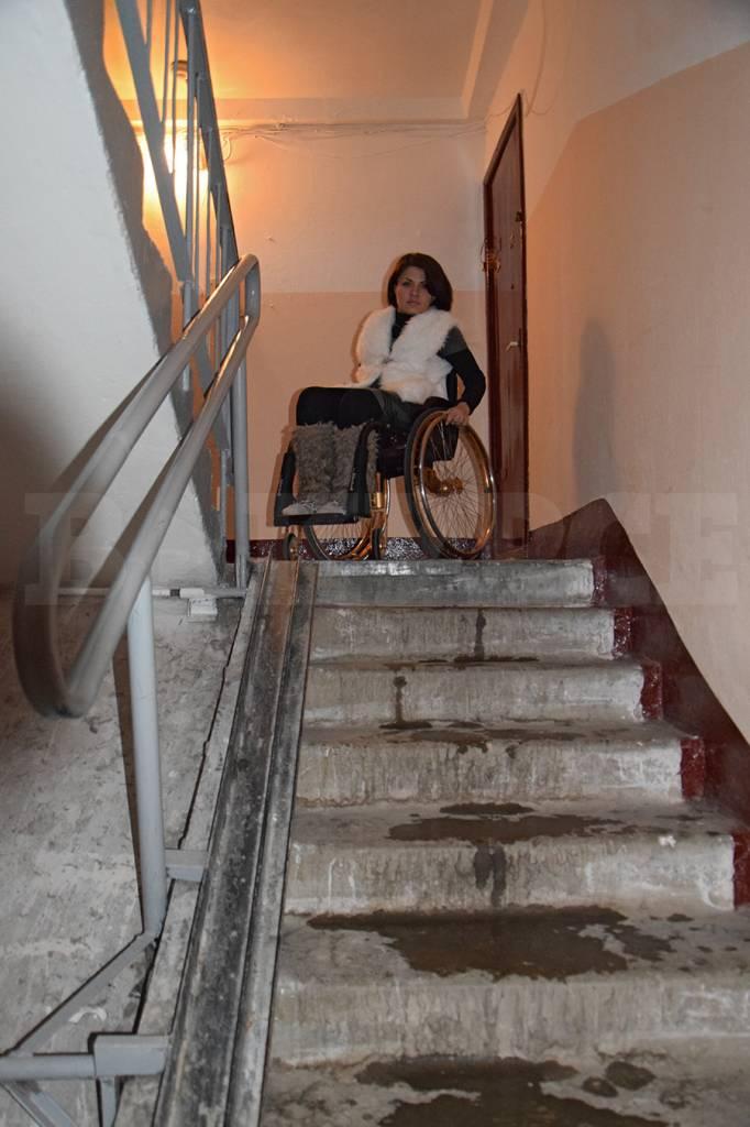 Фото: По этой лестнице Рузанну спускают мать или муж. Слева видны металлические скаты, которые приходится вручную раздвигать каждый раз. Без помощи девушка не может этого сделать.