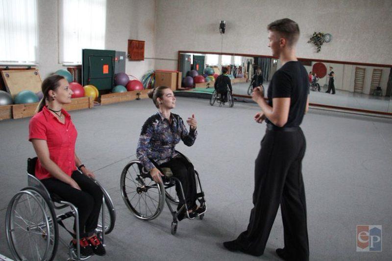 С 1998 года танцы на колясках курируются Международным паралимпийским комитетом, хотя и не входят в программу Паралимпийских игр.