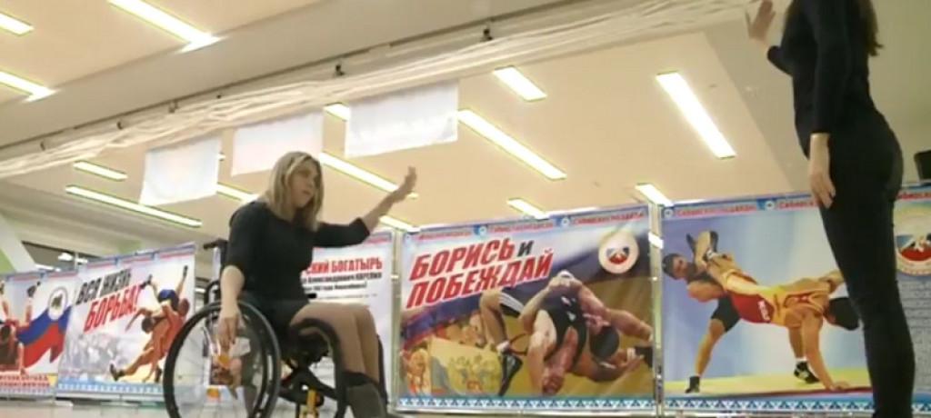 Люди с особенными возможностями учатся танцевать в инвалидных колясках.