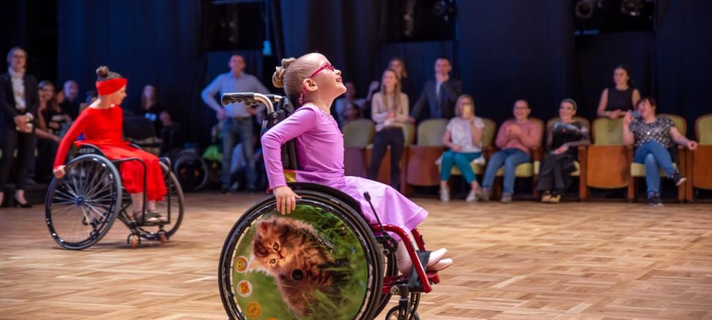Танцоры на колясках продолжают тренироваться даже в период самоизоляции
