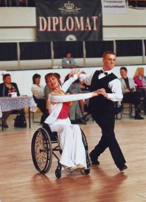 вы думаете, что танец и неспособность встать на ноги — понятия несовместимые?