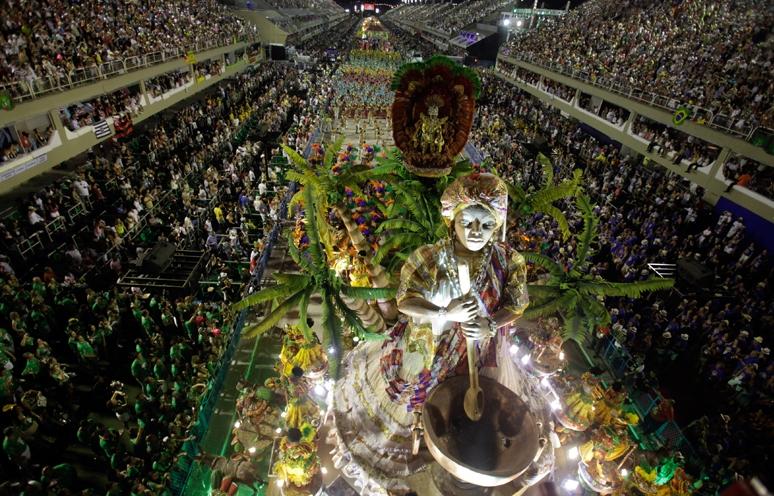 Более 70 тысяч зрителей собрались на выступления первых школ самбы, претендующих на звание чемпиона 2012