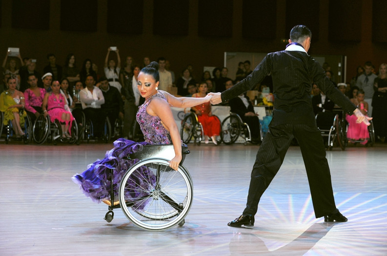 танец кадриль на колясках видео