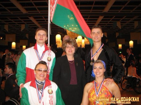 Ирина Можарова (слева) и Анна Горчакова (справа) со своими партнёрами по танцам на колясках