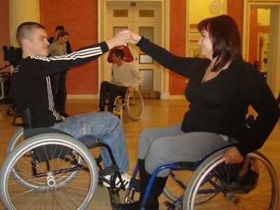 Бронзовые призёры Украины в танцах на колясках Дмитрий Матвейчук и Маргарита Халявина оттачивают вальс, который продемонстрируют 3 декабря, в Международный день инвалидов, в финале городского фестиваля «Смотри на меня как на равного».