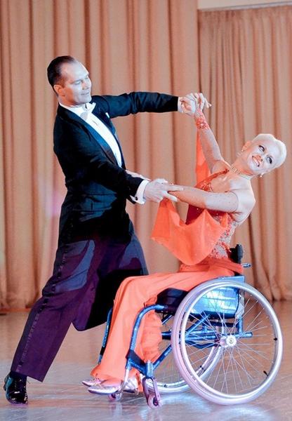 *Наталья и Михаил выступают в стиле «комби», когда здоровый партнер танцует с девушкой-инвалидом. Недавно они стали чемпионами Украины и серебряными призерами Кубка мира