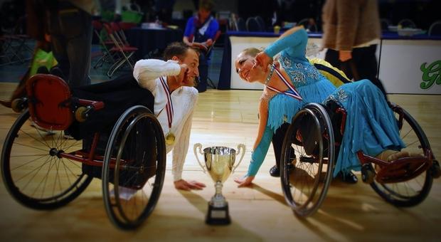 Двое колясочников познакомились и поженились благодаря танцам